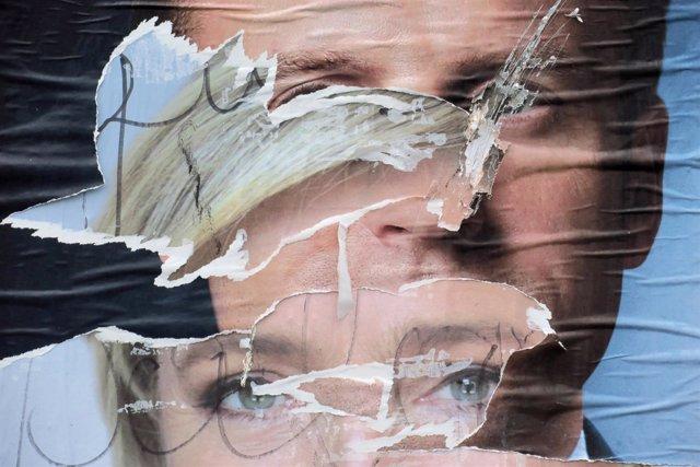 Carteles de Macron y Le Pen rotos