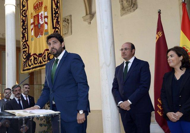 López Miras en la toma de posesión como presidente con Sáenz de Santamaría