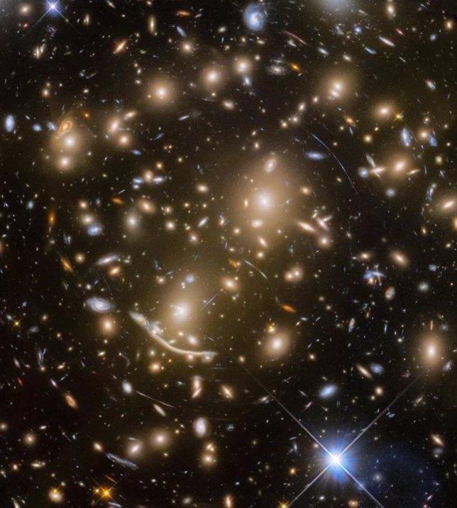 Resultado de imagen de El mayor cúmulo de Galaxias captadas por el Hubble