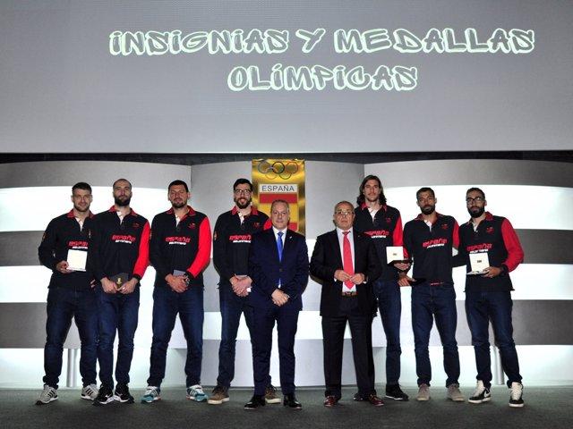 El COE entrega sus Insignias y Medallas a personalidades y jugadores del balonma