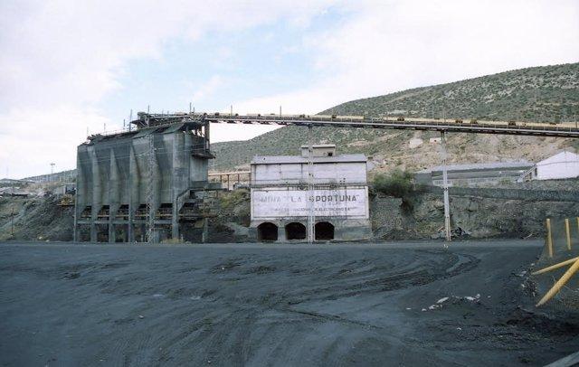Térmica de Andorra con carbón delante