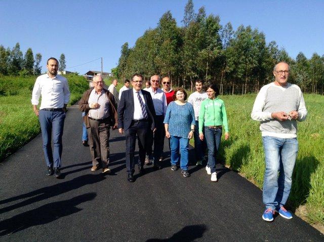 Visita a la actuación de asfaltado de la carretera al cementerio de Barreda