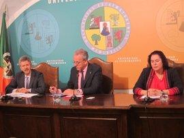 Junta y UEx firman un convenio para proteger la dehesa extremeña que culminará en la elaboración de una nueva ley