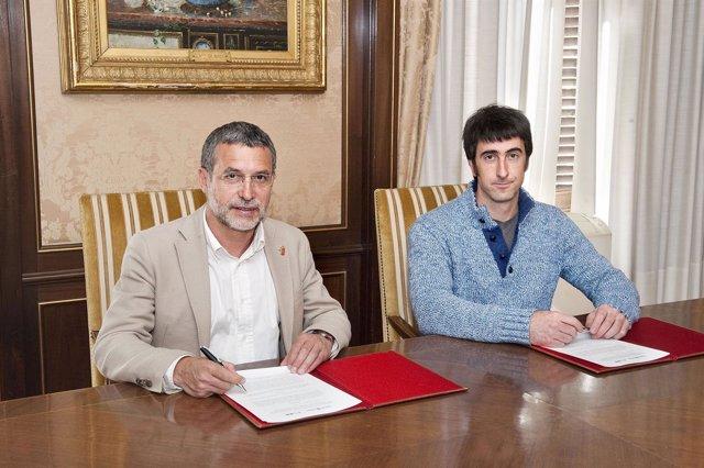 Miguel Laparra y el alcalde de Bera,  Josu Iratzoki.