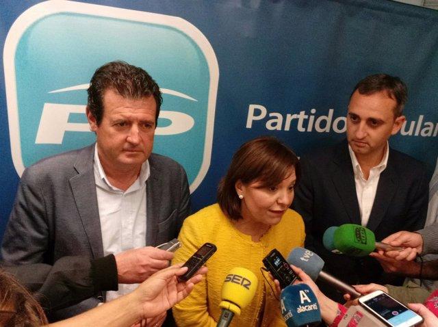 Bonig atiende a los medios, entre Ciscar (izq) y Sánchez (dcha)