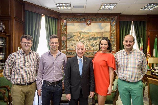 La nueva directiva de AJE junto al presidente de Diputación, Gabriel Amat.