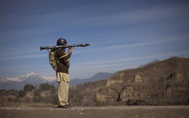 Un militar paquistaní en la frontera con Afganistán