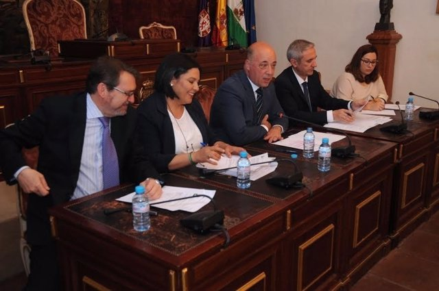 El presidente de la Diputación, Antonio Ruiz, (centro) durante la junta general