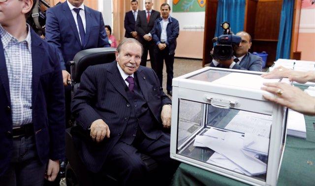Abdelaziz Bouteflika vota en las elecciones parlamentarias