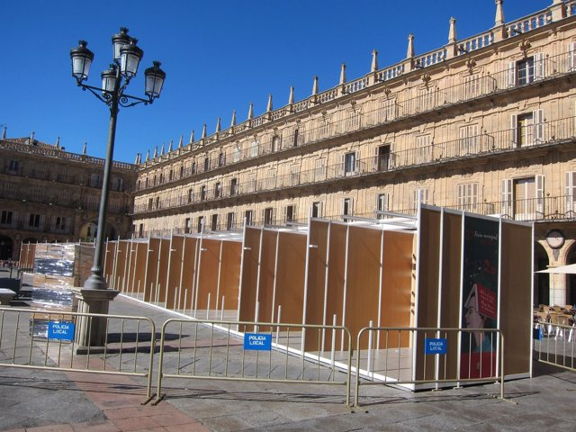 Preparación de las casetas de la Feria del Libro de Salamanca