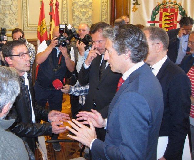Íñigo De La Serna Dialoga Con El Presidente De La Asociación De Pilarica