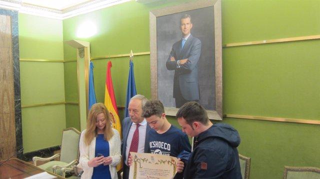 El alcalde entrega la Medalla de Oro a la  viuda y los hijos de Eloy Palacio