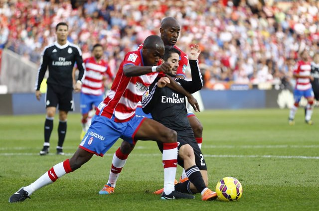 Isco pelea con Foulquier en un Granada - Real Madrid