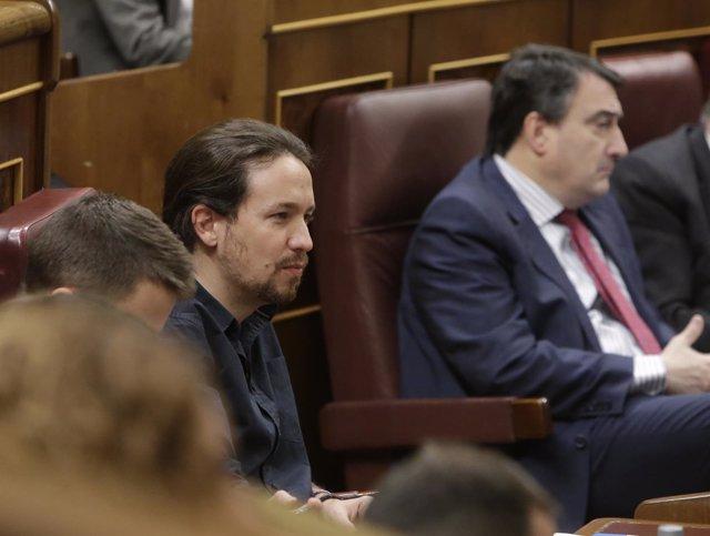 Pablo Iglesias, y al fondo Aitor Esteban
