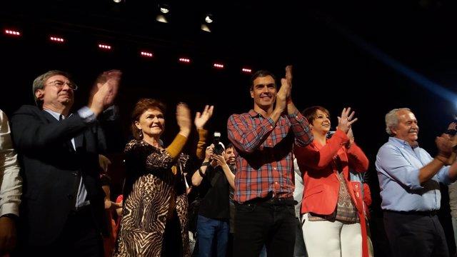 Sánchez antes de intervenir ante el auditorio del Teatro Cervantes en Almería