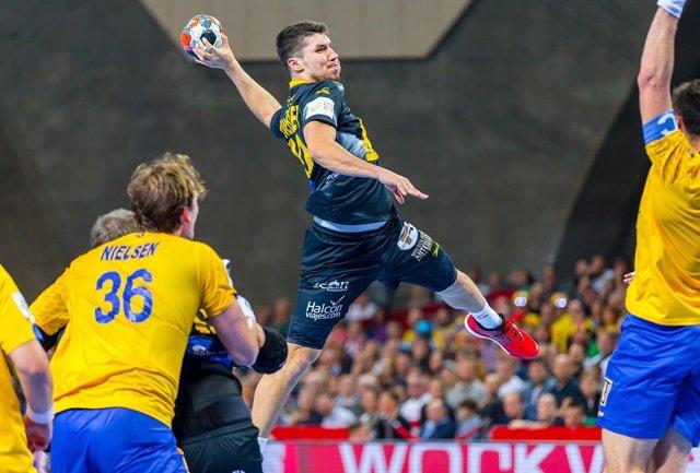 Alex Dujshebaev disparando en el Europeo de balonmano