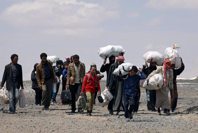 Civiles huyendo de Raqqa