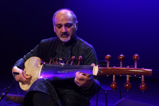 Asad Qizilbash, miembro paquistaní de una orquesta de refugiados