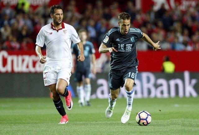 Sergio Canales ante Franco Vázquez en un Sevilla-Real Sociedad