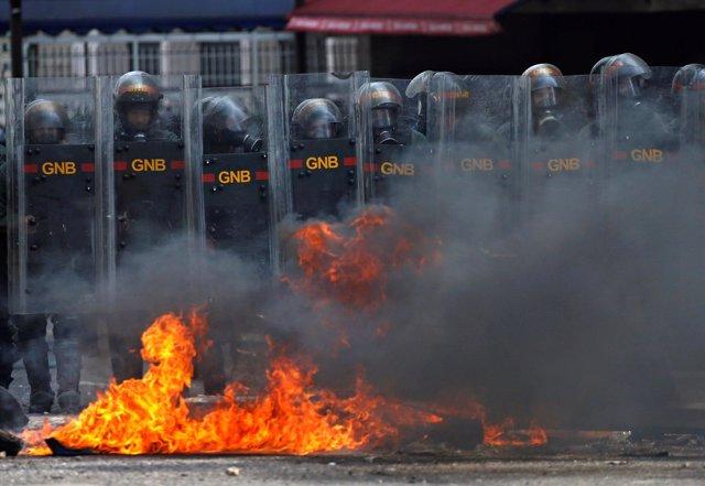 Policía antidisturbios en Caracas