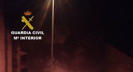 La Guardia Civil detiene a un joven e investiga a un menor por quemar contenedores en Baiona