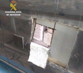 Intervenidos en Algeciras 50 kilos de hachís en dobles fondos de un vehículo
