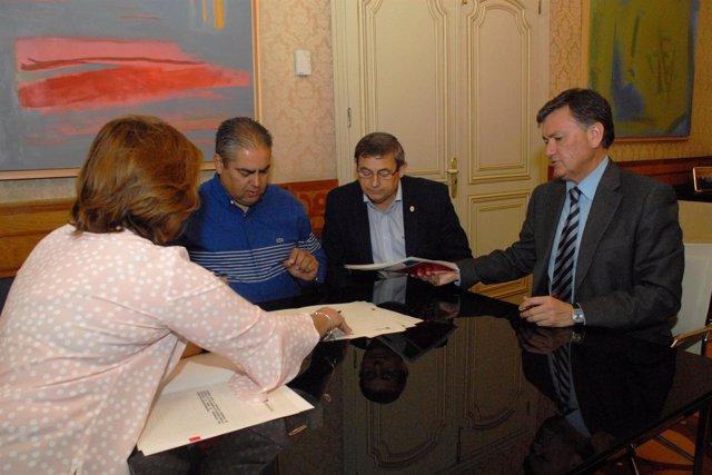 Turégano (Segovia). Firma del convenio para arreglar el polideportivo municipal