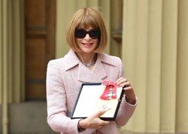 Anna Wintour recibe una condecoración por parte de la Reina Isabel con un impresionante look de Chanel
