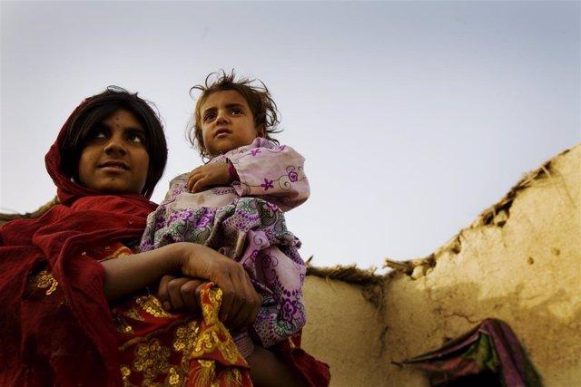 Una joven madre con su hija en Afganistán
