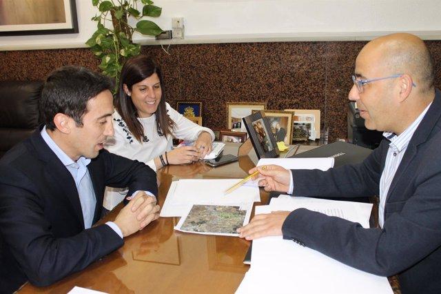 El diputado de Fomento, con el alcalde y la concejala de Huércal-Overa.