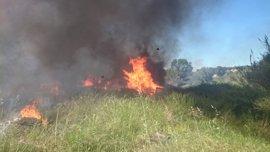 Arde una antigua fábrica de telas en Ontinyent en una densa columna de humo negro