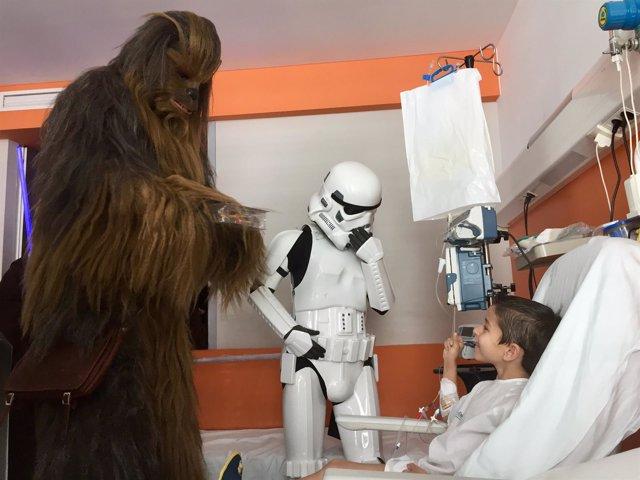 Star Wars visita pediatría del hospital Son Espases