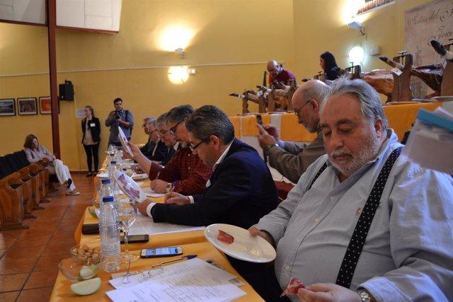 Miembros del Jurando valorando las piezas presentadas