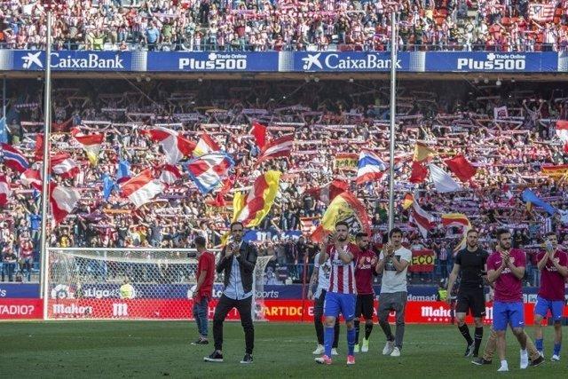 La afición del Atlético de Madrid arropa a su equipo antes de la Champions
