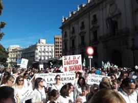 """Miles de personas protestan por la supresión de conciertos en Bachiller y el """"trastorno"""" a familias"""