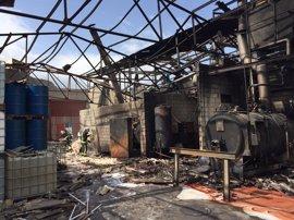 Los bomberos dan por extinguido el incendio de Arganda pero continúan trabajando para enfriar y evitar desprendimientos
