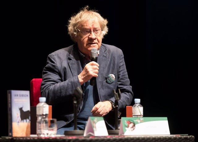 El hispanista Ian Gibson, en la Feria del Libro de Valladolid