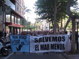 Varios miles de personas se manifiestan 'Por un Mar Menor vivo' en Murcia