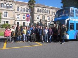 El 'Tramabús' de Podemos finaliza su periplo por Galicia frente a la sede de la Xunta