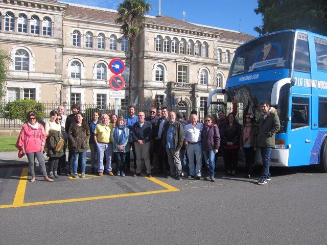 El Tramabús de Podemos frente a la sede de la Xunta