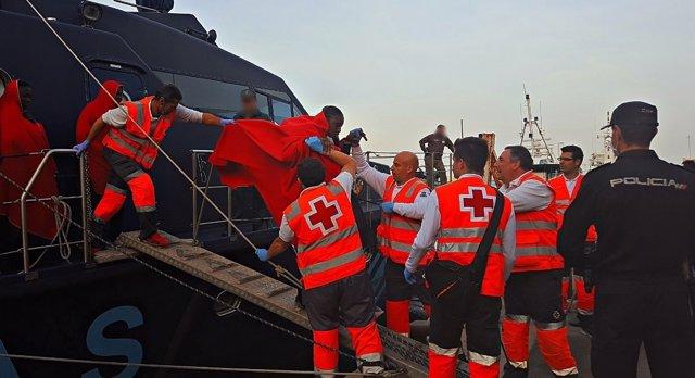 Desembarco de inmigrantes rescatados y atendidos por Cruz Roja