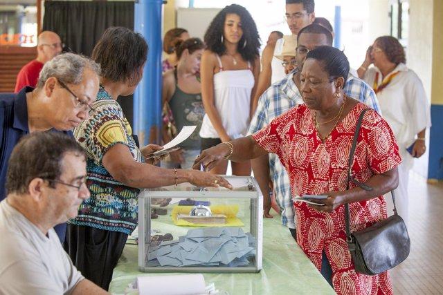Una mujer vota en el marco de las elecciones presidenciales francesas en Guayana