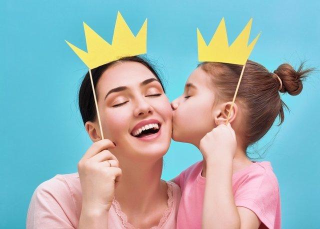 Madre, hija, besos, felices, corona, familia