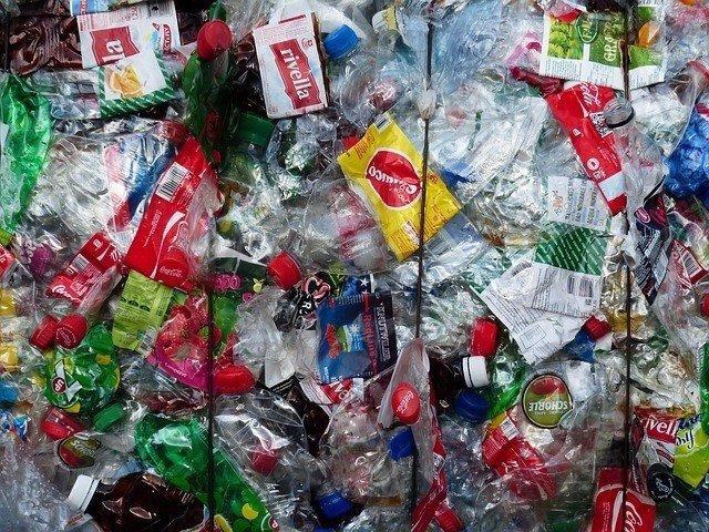 Botellas y bolsas de plástico