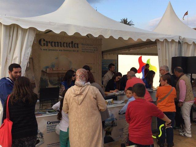 Visitantes a la feria de turismo de Granada en Melilla