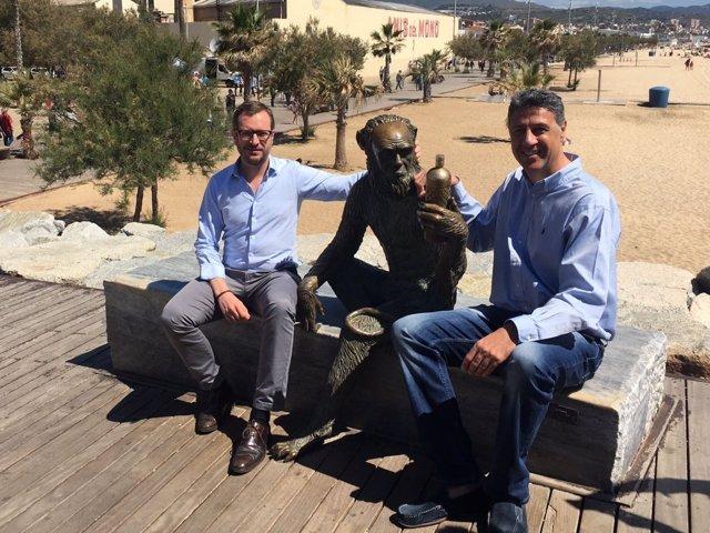 Javier Maroto y Xavier García Albiol (PP) con la estatua de Anís del Mono