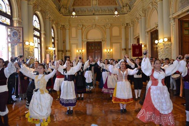 Valladolid. El salón de plenos del Ayuntamiento acoge una actuación de jotas