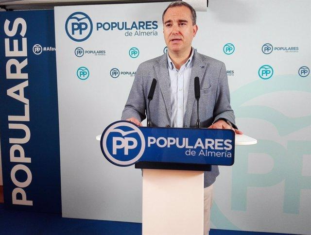 El diputado del PP-A Amós García en rueda de prensa en Almería