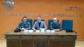 Veterinarios y Guardia Civil renuevan su colaboración para garantizar la identificación de caballos y perros en León
