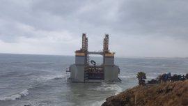 Reflotada la gabarra que encalló frente a la costa de Benalmádena por el fuerte oleaje